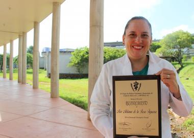 La Maestra Adriana de la Rosa fue la primer mujer en recibir este premio por parte de AMVECAJ